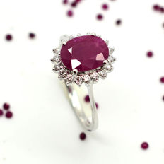 Ring in 18 kt gold with ruby and brilliant cut diamonds totalling 2.30 ct – Size: 15 / 55 – 2.8 g – *No reserve*