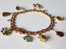 18 kt bracelet with 8 charms