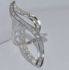 Ring in 18kt white gold set with 131 diamonds totaling roughly 4.5ct. Ring size: 58. ***No reserve price***
