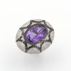White gold ring with amethyst, white and black diamonds in mosaic – 18 kt/750 gold – Amethyst: 12.5 ct. – Diamonds: 3.9 ct. – Ring size: 17.5 mm.