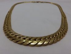 18 kt gold barbed choker, in decreasing size.