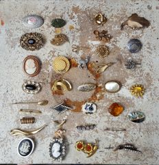 35 pieces vintage and antique brooches, of which 2 silver and 4 gold plated, period 1920 to 1970