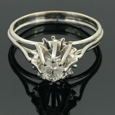 18 kt gold cocktail ring set with a central natural diamond of 0.23 ct. No minimum price.