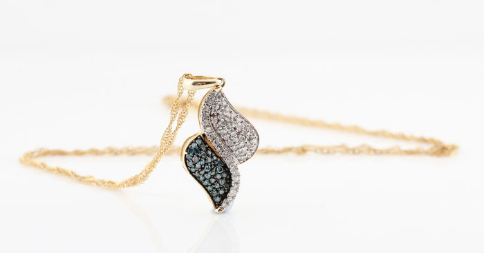 14 kt yellow gold diamond necklace with white and blue diamonds, 0.31 ct - 45 cm / 26 x 12 x 4 mm / 3.8 g