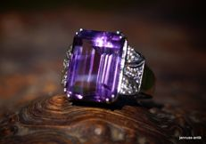 White gold (18 kt) ring with amethyst and brilliants