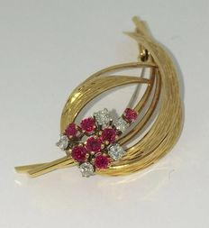Vintage brooch made of 18 kt gold, set with ruby and brilliant cut diamond in a prong setting.