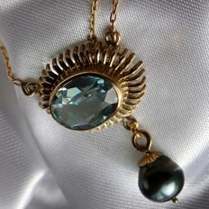 ca. 1950 Handcrafted elegant necklace in yellow gold with a faceted large blue natural Topas ca. 5 ct and  real natural gray Tahitian pearl ca. 8,9mm