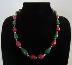 Faceted emerald and ruby necklace – 475 ct