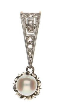 White gold pendant set with a cultured pearl and 8 rose cut diamonds, 0.07 ct in total.