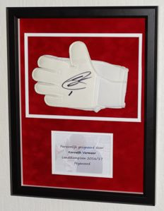 Kenneth Vermeer origineel gesigneerde keepershandschoen - Premium Framed + COA en foto signeermoment