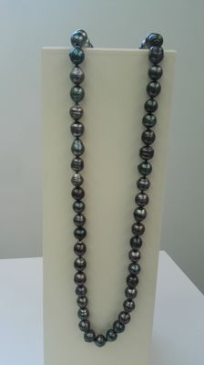 Long necklace with 75 Tahitian pearls. No reserve.