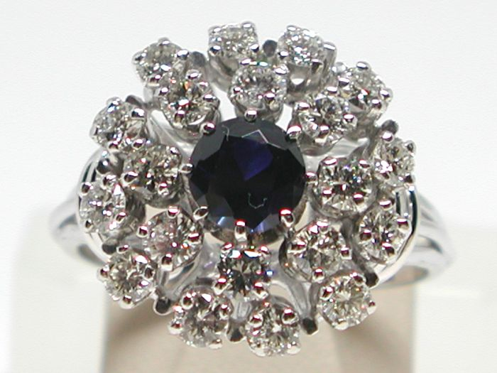 Diamond & sapphire cocktail ring total: 2,00cts // Ring size BE 60 // NL 19,00mm // free adjustment of ring up to size 70 // 18K white gold