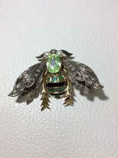Bee-shaped brooch with rose cut diamonds on the wings, as well as emeralds and enamel.