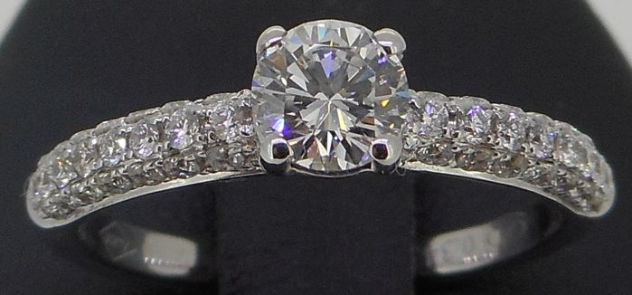 18 kt white gold IGI CERTIFIED (0.44 ct) brilliant cut diamond ring, 0.78 ct in total