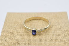 18 kt yellow gold ring with 0.25 ct of diamonds and one sapphire – Ring size: ES 25.
