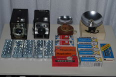 2x Kodak Box cameras (six-20 and brownie E)-2x Flash + lot of several unused flashbulbs (1955-1965)