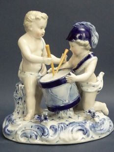 Voigt brothers - Sitzendorf manifacture - Mythological porcelain sculpture of a pair of putti, servants of Mars