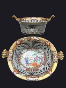 """Two rare Famille rose """"Rockefeller pattern"""" reticulated baskets (from the """"Palace ware"""") - China - ca. 1805  (Jiaqjng period )"""