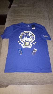 Disney, Walt - 1 T-Shirt + 1 Pin + 1 keychain - Cast Member Exclusive - 25th Anniversary Disneyland Paris (2017)