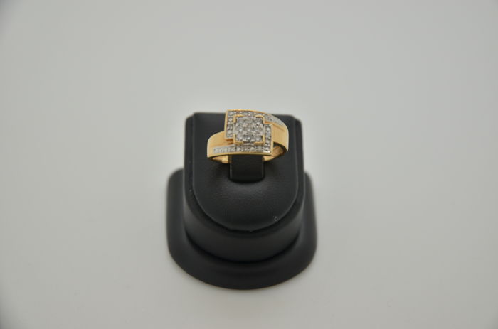 18 kt gold diamond ring. Ring size: 54.