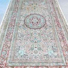 Phenomenal Hereke of Chinese silk – 155 x 92 – 1,000,000 kn/m² – collector's item