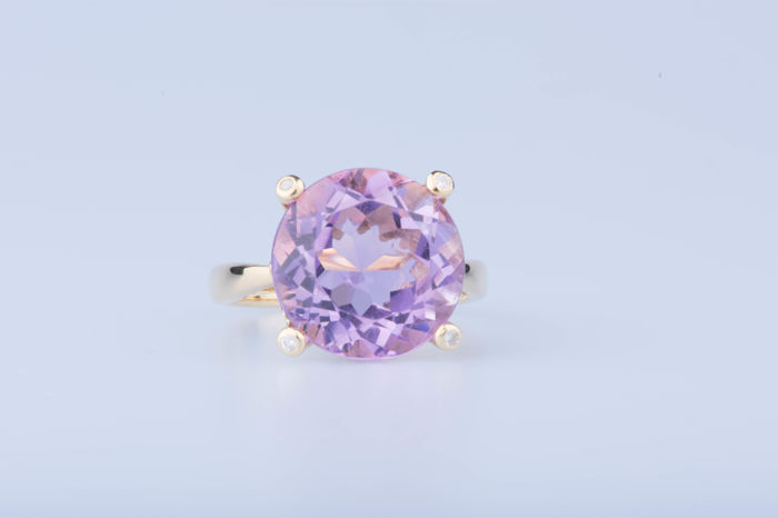 18 kt yellow gold ring – amethyst – diamonds of approx. 0.04 ct in total – size 56