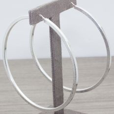 Large hoop earrings in 925/1000 silver. Diameter: 85 mm.