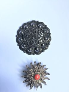 two silver brooches (800/1000)
