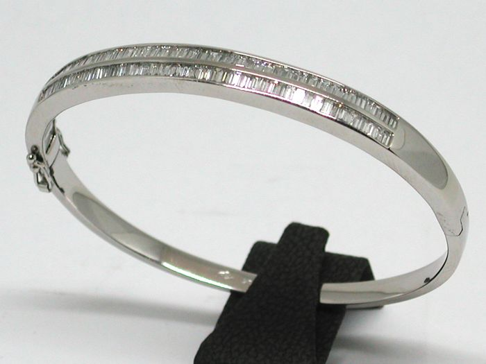 Diamond bangle total: 4,30ct - 18K White gold // diameter: 5,5 cm.