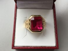 18 kt yellow gold vintage signet ring with a red Verneuil ruby
