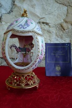 House of Fabergé - Collector Carrousel Egg - Porcelain - Swarovski Rhinestone - 24k Gold plated finish - (18 cm / 400 g)