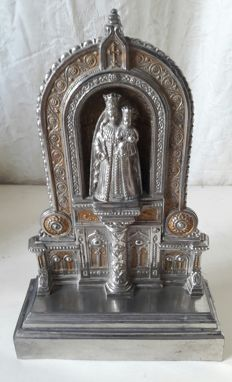 Gothic altar in zamac metal alloy) with Mary and baby Jesus. Middle of the 20th century. France.