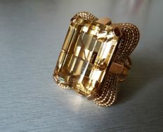 Exceptional and striking ring in 18 kt hallmarked gold set with a natural rectangular citrine with bevelled corners.
