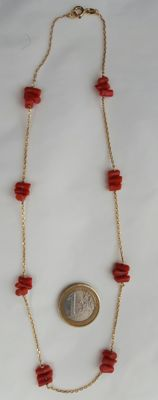 18 kt gold necklace with natural Pacific coral – Length: 46 cm.