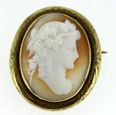 Art Deco gold plated brooch with carnelian lady engraving, ca.1930
