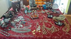 Huge collection of vintage jewellery, about 300 articles plus cases and various objects, 10,6 kg
