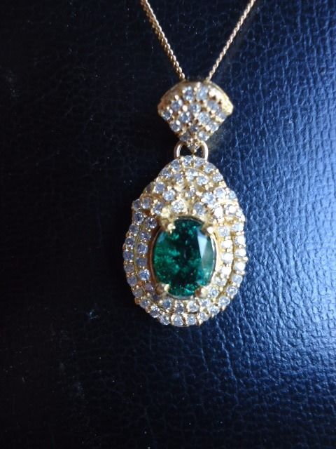 Majestic 18 Kt Solid Yellow  Gold Pendant necklace with 1.30 carats emerald and 77 brilliant diamonds of 0.65 carats - 41 cm
