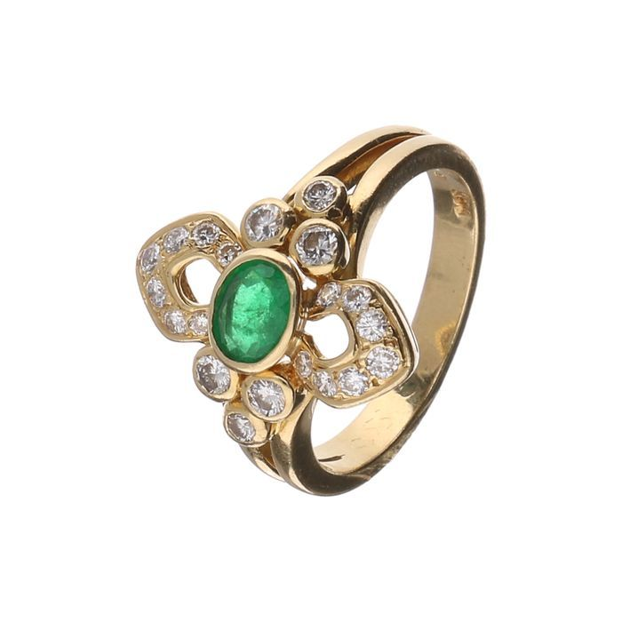 18 kt yellow butterfly ring with 20 brilliant cut diamond of approx. 0.55 ct in total E-F/VVS-VS and a 0.39 ct synthetic emerald. Size: 17.00