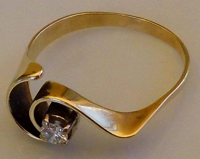 14 kt yellow gold ring with a round brilliant cut diamond - size 61 / 19.8 mm.