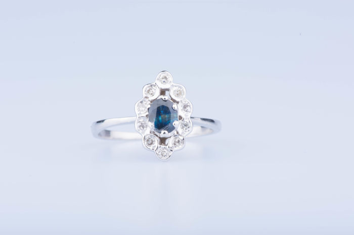 Ring in 18 kt white gold with 1 sapphire of approx. 0.20 ct and 10 diamonds of approx. 0.10 ct in total. Size: EU: 51  US: 5 1/2