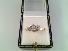 18 kt yellow gold ring with 3 diamonds of 0.25 ct and 0.22 ct, 0.69 ct in total, ring size 17.75/56