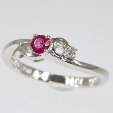 18K white gold ring with 1 brilliant cut diamond and one ruby