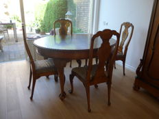 Burr-Walnut dining table with four chairs in George II style, mid 20th century