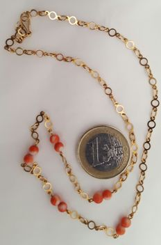 18 kt Gold – Gold necklace and natural coral – Length 42.5 cm – No reserve