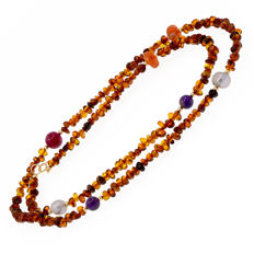 18 kt (750/1000) yellow gold - Long necklace composed of amber beads and sparse multi-gemstone beads - Necklace length: 74 cm.