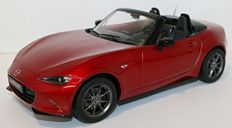 Triple9 - Scale 1/18 - Mazda MX-5 with removable soft top 2015 - Red
