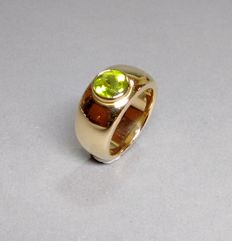 Ring made of 18 kt yellow gold with peridot - gold smith handwork.
