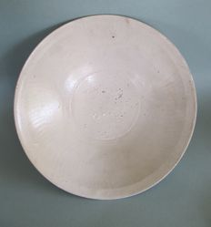 A large Chinese Southern Song shallow bowl - Diameter 26cm