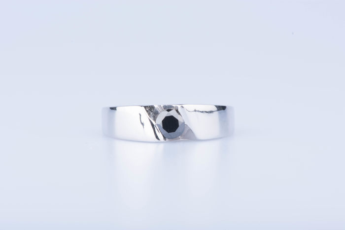 18 kt white gold ring with 1 black diamond of approx. 0.25 ct - Size: EU: 53 - US: 6 1/4