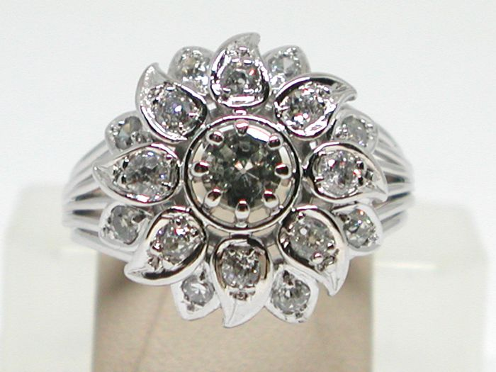 Diamond cluster ring total: 1,60 ct - Ring size BE 57 // NL 18,00mm // free adjustment of ring up to size 70
